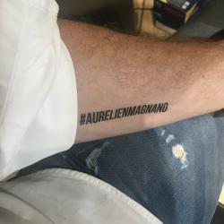 le tatouage ephémère du hastag Aurelien Magnano collé sur un avant bras