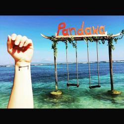 face à la plage de Pandawa à Bali indonésie-le M tattoo tattoué sur le poigné d'une femme