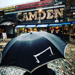 Le M parapluie de la marque Aurelien Magnano à camden- londres