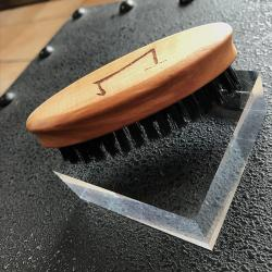 la  brosse de barbe de la marque Aurelien Magnano en poil de sanglier et bois- logo de la marque Aurelien Magnano gravé
