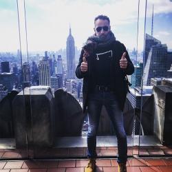 Aurelien Magnano avec un M Tee shirt dans le ciel de New-york USA