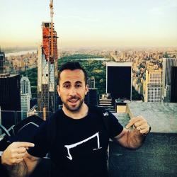 un homme qui porte un M tee shirt noirde la marque Aurelien Magnano sur les toits de New-York face à central parc aux USA