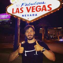 un homme qui porte un M tee shirt noir de la marque Aurelien Magnano devant le panneau fabulous à Las Vegas USA