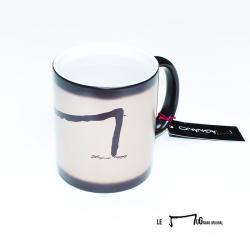 Le Mug de la marque Aurelien Magnano -MuG nano Après transformation magIque laissant apparaître la lettre M en noir sur blanc