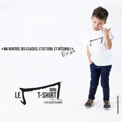 evan petit garçon de 5 ans nous présente le mini M tee shirt blanc de la marque Aurélien Magnano avec classe