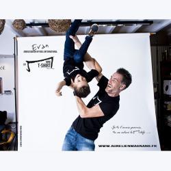 evan petit garçon de 5 ans et aurelien magnano nous présente le mini M tee shirt noir de la marque Aurélien Magnano avec classe