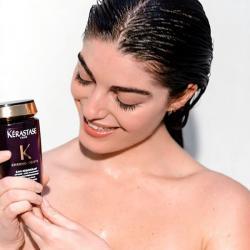 nouveau shampooing Bain Régénérant Chronologiste Kerastase-revitalisant jeunesse-dans-mains-jeune-femme