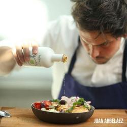 le chef Juan Arbelaez assaisonne une salade avec l'huile d'olive bio kalios