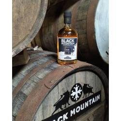 Whisky N°2 Premium-BLACK MOUNTAIN-bouteille sur une barique-tonneau-