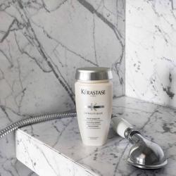 Bain densité de Kérastase-un shampooing repulpant à effet de masse dans une salle de bain