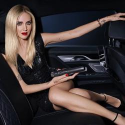 styler-ghd-unplugged-noir-aurelien-magnano-shopping-sans-fil-avec femme-blonde-dans-une-voiture