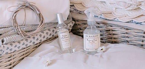 spray parfumée fleur de coton dans les draps d'un lit